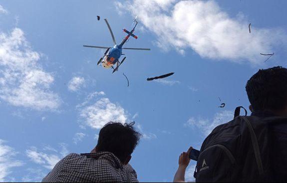 polisi-gunakan-helikopter-bubarkan-massa-demo-setahun-randi-yusuf_169