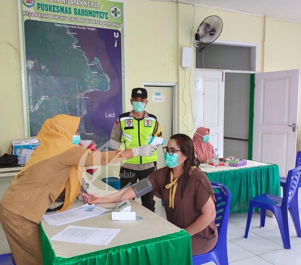 foto: Petugas memeriksa Kesehatan warga yang akan divaksin