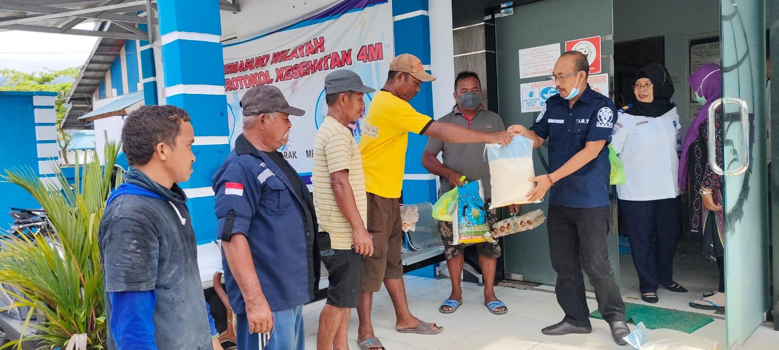 foto: Kepala Kantor UPP Misri Jakfar, SH. Saat Membagikan Bantuan